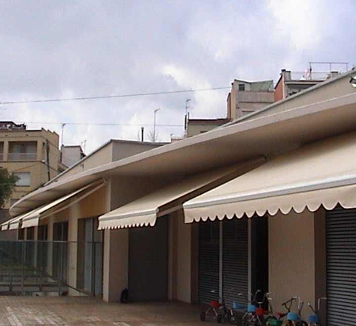 Ejemplo toldo brazo invisible instalado en una fachada
