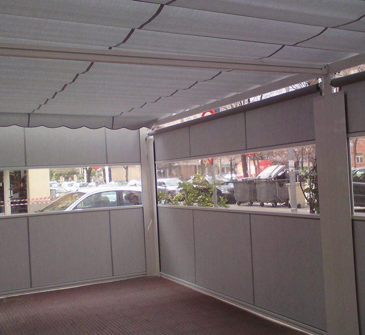 cerramientos con verticales instalación en un bar de Barcelona