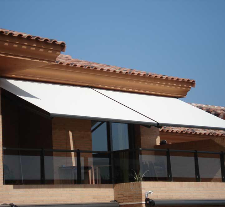 instalación toldo brazo invisible en una fachada