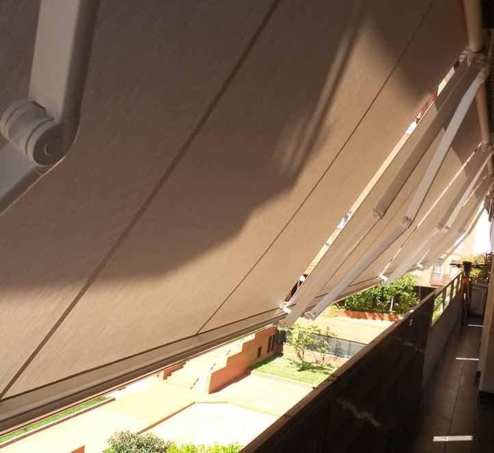 instalación toldo de calidad con brazo invisible en un balcón