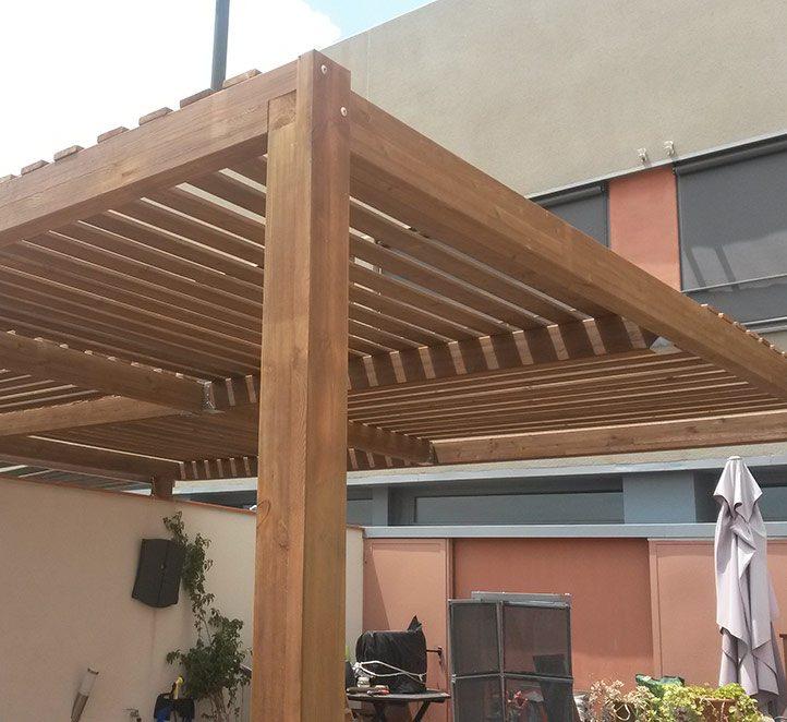 toldos pérgolas de madera instalación en una casa de Barcelona