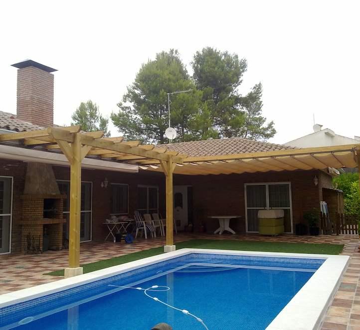 pérgolas de madera instalación en una casa con piscina