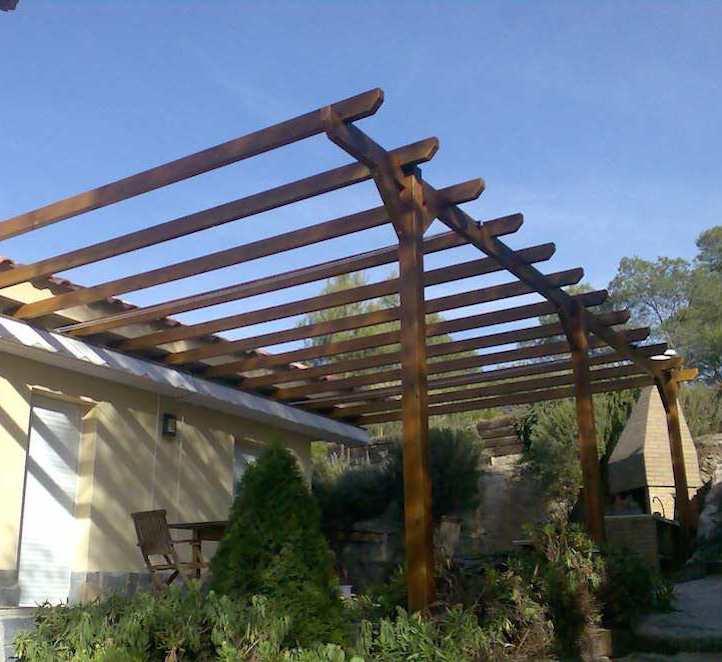 pérgolas de madera instalación en el exterior de una casa