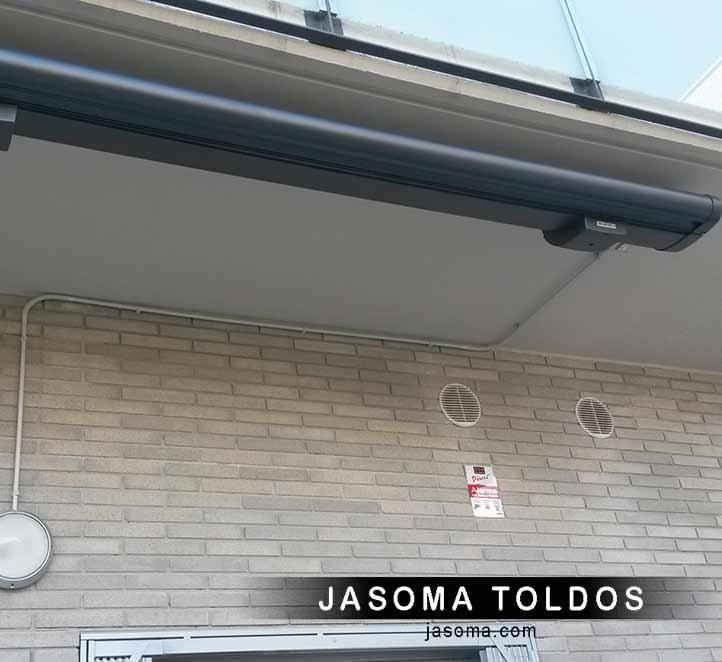toldo cofre modelo 6000 instalación en un piso