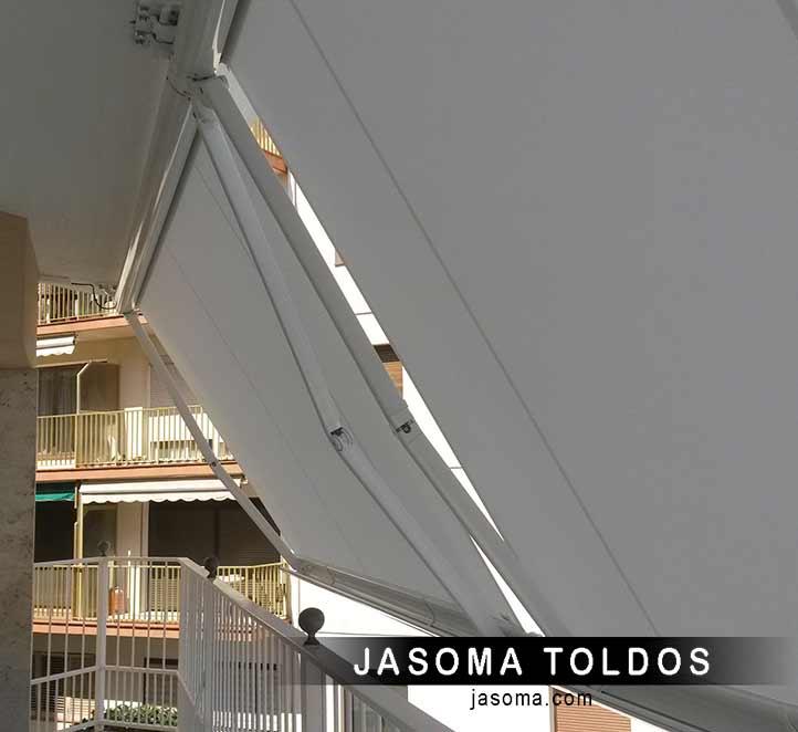 toldos cofre modelo 990 instalado en un balcón