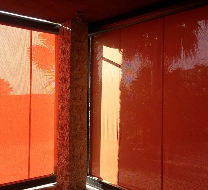 Toldos barcelona ejemplo de toldo vertical jasoma toldos for Guias para toldos verticales