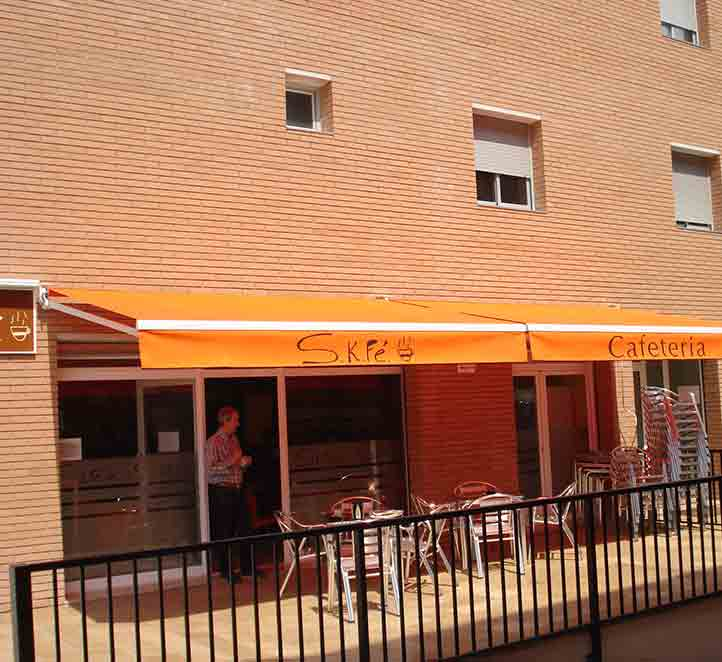 toldos y brazos invisibles instalación en cafetería