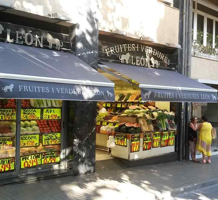 toldos brazo invisible instalación en tienda de frutas
