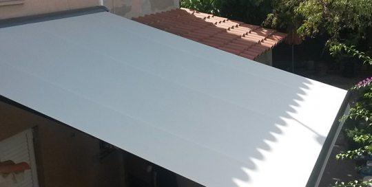toldos cruce una instalación en la fachada de una casa