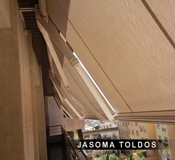 Toldos en barcelona con brazo invisible instalado en un for Como colocar un toldo de brazos invisibles