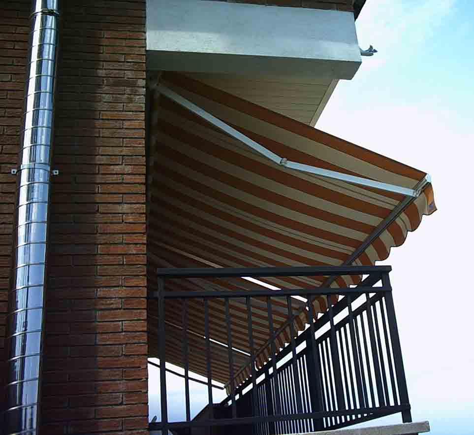 toldos brazo invisible instalación en una fachada