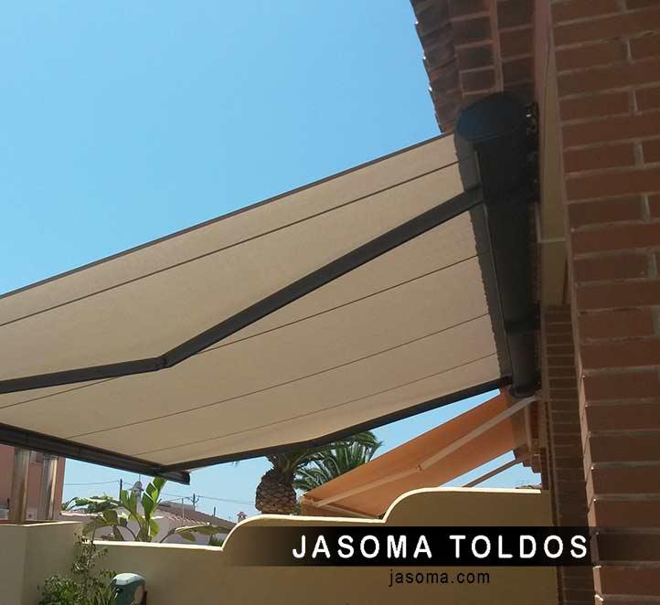 vista detalle de toldo cofre 6000 instalado en un balcón