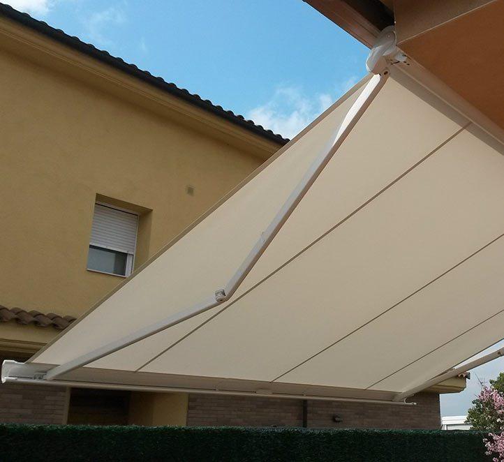 toldo cofre 990 instalación en una fachada