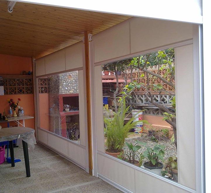 toldos verticales con cortaviento instalación en un patio