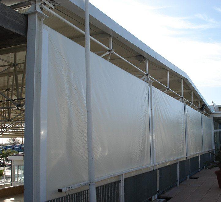 Toldos verticales con guia instalacion en barcelona for Guias para toldos pergolas
