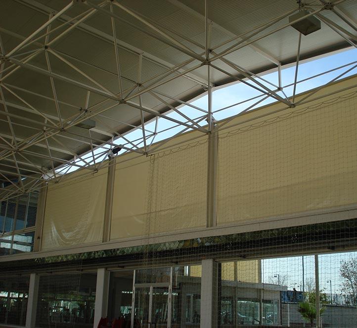 toldos verticales con guía instalación en pabellón de Barcelona