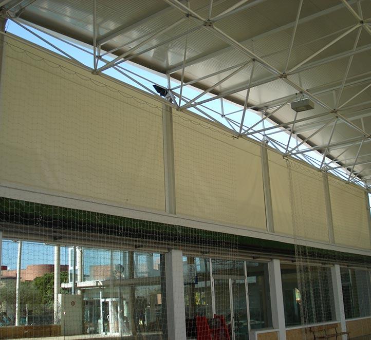 toldos verticales con guía instalado en pabellón