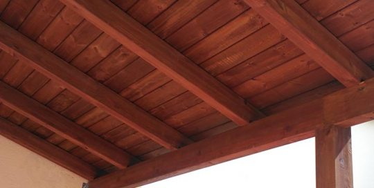 pérgola de madera con cubierta de madera